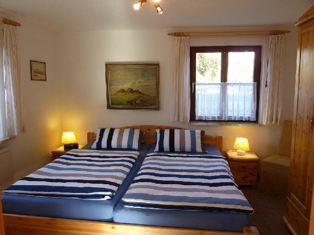 Schlafzimmer 1: 200 x 200 cm großes Doppelbett, Liegehöhe 55 cm