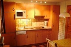 Kpüchenzeile: 4-Platten-Ceran-Kochfeld, Mikrowelle, Geschirrspüler, Frühstücksecke. Die Küche hat einen direkten Zugang zum Garten.