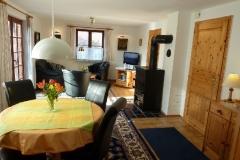 Wohnzimmer mit 30 m², Fenster nach Süden und Westen, direkter Zugang zur Terrasse
