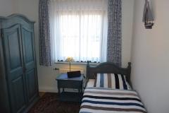 Schlafzimmer mit 190 x 90 cm-Einzelbett