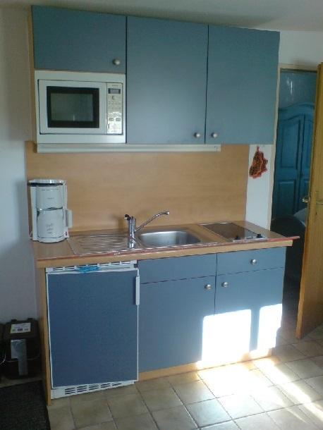 Kleine Küchenzeile mit 2-Platten-Ceran-Kochfeld und Kühlschrank mit Gefrierfach, reichhaltige Küchen-, Geschirr- und Besteckausstattung