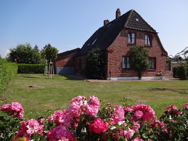 Haus Meisenweg 22, die Wohnung befindet sich im 1. OG. Knapp 1.000m² großes Grundstück.